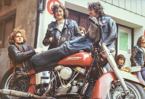 Blacky auf seiner 1951er-Harley vor dem Jugendhaus in St.Gallen, ca. 1970. Bei ihm stehen zwei Outlaws, hinten rechts ein Rolling Devil.(Bild: Michel Canonica/Privatarchiv Beat Cina)