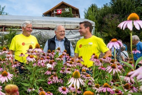 Die Landwirte Martin Theiler (R) und Alois Theiler (L) mit Bundesrat Johann Schneider-Ammann (M) im Kräutergarten auf dem Kräuterhof in Hergiswil bei Willisau. (Bild: Philipp Schmidli/LZ)