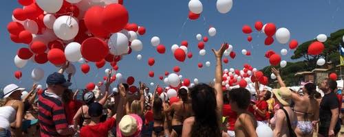 Im Reka Feriendorf Golfo del Sole wurde für die Schweizer Gäste ein super Animationsprogramm auf die Beine gestellt. Um 12:15 gingen Hunderte von Ballone in die Luft. (Leserbild: Patrick Botta)