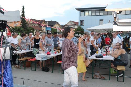 Hofderer Schwizer-Fiir auf dem Brauiplatz: Solosängerin Esthi Wildisen mit der CH-Hymne. (Leserbild: Eva Rieder/Daniel Rüttimann)
