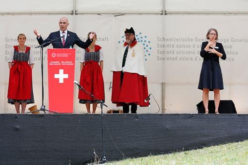 Bundespraesident Alain Berset während seiner 1. August-Ansprache. Neben ihm eine Übersetzerin für Gebärdensprache. (KEYSTONE/Peter Klaunzer)