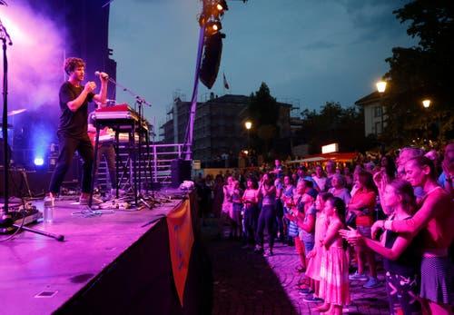 1. Augustfeier Zug: Der Sänger James Gruntz spielt auf dem Landsgemeindeplatz für die Zuger Bevölkerung. (Bild: Stefan Kaiser/ZZ)