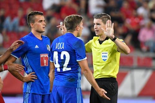Schiedsrichter François Letexier diskutiert nicht mit Idriz Voca (Mitte) und Yannick Schmid. gross. (Bild: Martin Meienberger, Piräus, 9. August 2018)