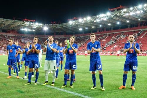 Die FCL-Spieler bedanken sich nach dem Match... (Bild: Martin Meienberger, Piräus, 9. August 2018)