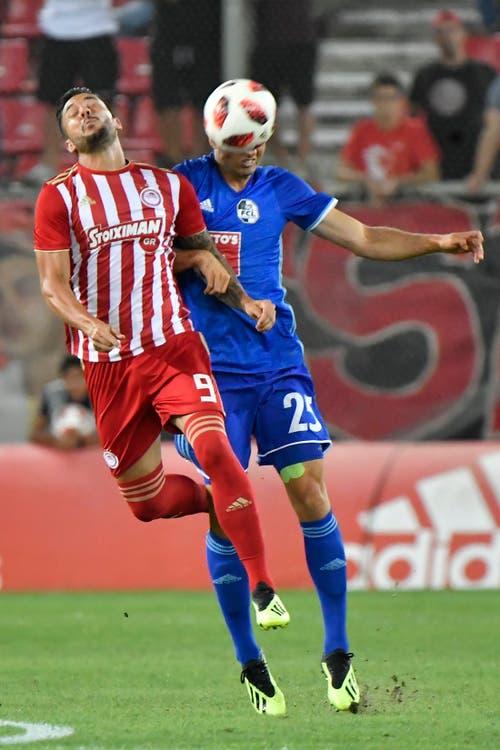 Kopfballduell zwischen Miguel Angel Guerrero (Piräus) und Yannick Schmid. (Bild: Martin Meienberger, Piräus, 9. August 2018)