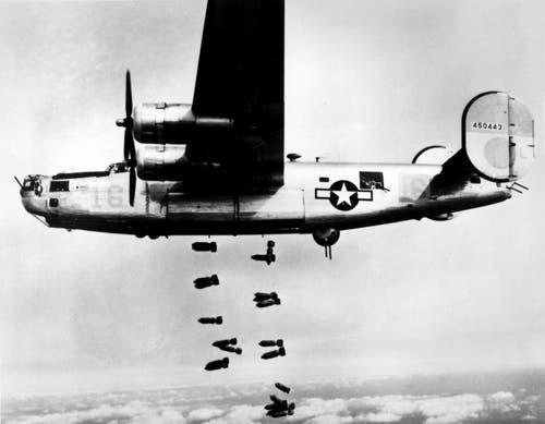 Ein B-24 Liberator lässt seine Bombenlast auf ein Ziel fallen. (Bild: US Air Force)