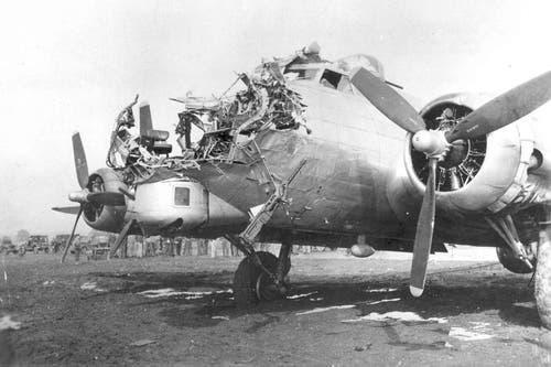 Trotz des Volltreffers einer deutschen 8,8-Zentimeter-Fliegerabwehrkanone im Rumpfbug ist diese B-17G 1944 zu ihrem Stützpunkt nach England zurückgekehrt. (Bild: US Air Force)