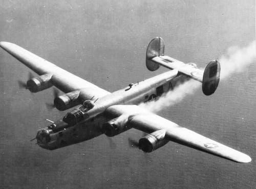 B-24 Liberator in Not: Die Maschine zieht aufgrund eines brennenden Triebwerks eine Rauchschleppe hinter sich her. (Bild: US Air Force)