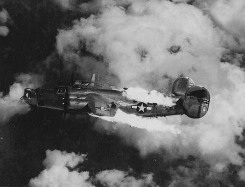 Das Ende einer B-24: Nach einem Volltreffer der Fliegerabwehr in den Bombenschacht brennt ein Liberator 1944 über einem österreichischen Ziel lichterloh. Der Besatzung blieb in einer solchen Situation nichts anderes übrig als der Versuch, sich mit dem Fallschirm zu retten, bevor die vollgetankte Maschine explodierte. (Bild: US Air Force)