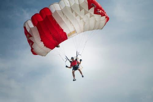 Am Donnerstag musste ein Fallschirmspringer den Notschirm öffnen. Bei diesem Springer hier war das zum Glück nicht nötig. (Bild: Ralph Ribi)