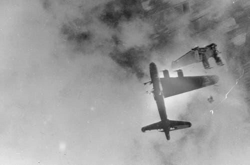 Nach einem Volltreffer einer grosskalibrigen Fliegerabwehrkanone stürzt eine B-17 ab. (Bild: US Air Force)