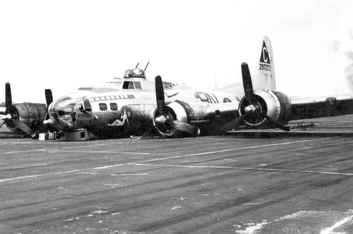 Auch viele B-17, die zwischen 1943 und 1945 in der neutralen Schweiz Zuflucht suchten, landeten notfallmässig auf dem Bauch. Im Bild eine Maschine, die es trotz Jägerangriffen 1944 über Deutschland zu ihrem Stützpunkt in England zurück geschafft hat. (Bild: US Air Force)