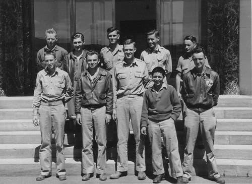 Die zehnköpfige Besatzung des «Death Dealer» wurde in Wil freundlich aufgenommen. Unter anderem erhielten die Männer eine Einladung zur Besichtigung der Hürlimann-Traktorenproduktion. (Bild: Warbird.ch)