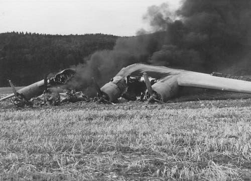 Am 13. August 1943 schwelen die Trümmer der B-24D Liberator mit Spitznamen «Death Dealer» in der Thurau bei Wil. (Bild: Warbird.ch)