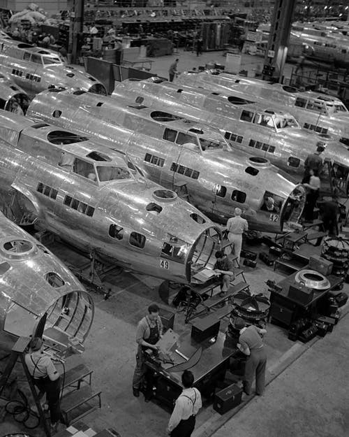 Die USA bauten im Zweiten Weltkrieg nicht nur technisch gute Flugzeuge, sie bauten sie auch in grosser Zahl. Wie hier die B-17 im Boeing-Werk in Seattle. (Bild: Boeing)