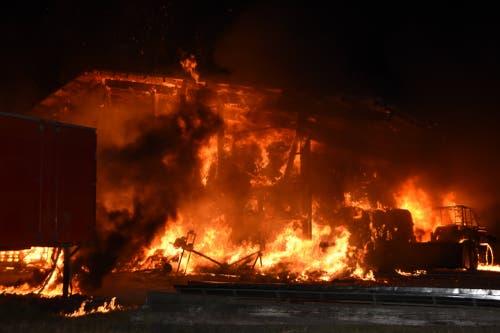 Das Heulager brannte lichterloh, als die Feuerwehr eintraf. (Bilder: Kapo SG)