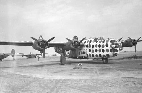 Eine durch spätere Versionen im Kriegseinsatz ersetzte B-24D dient weiss gestrichen und mit auffälligen farbigen Punkten versehen als «Lead Ship» zur Besammlung von Bomberformationen. (Bild: US Air Force)
