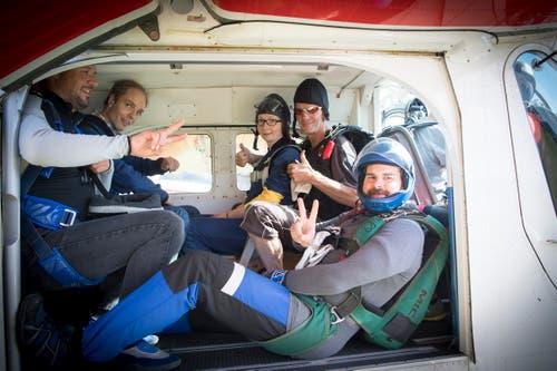 Eine Gruppe der Fallschirmspringer kurz vor dem Abflug.(Bild: Ralph Ribi)