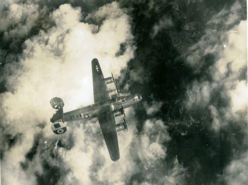 Bombereinsätze über dem Dritten Reich blieben bis zum Ende des Zweiten Weltkriegs risikoreich: Diesem B-24 Liberator wurden von der Fliegerabwehr Teile des Leitwerks weggeschossen. (Bild: US Air Force)