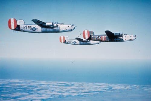 B-24 Liberator besammeln sich über Grossbritannien für einen Angriff auf Nazi-Deutschland. Die auffällig farbig bemalte Maschine ist ein kriegsmüdes Exemplar. Es dient als auffälliger Markierungspunkt für die Besammlung der Formation und wird den Angriff nicht mitfliegen. (Bild: US Air Force)