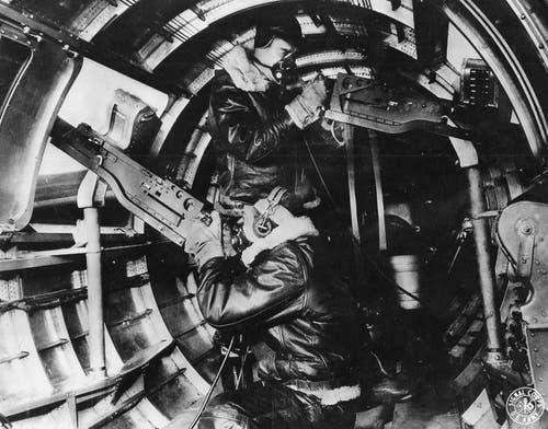 Zwei Rumpfschützen in einer B-17F. Im Zweiten Weltkrieg führten US-Langstreckenbomber bis zu zwölf auf verschiedene Gefechtsstände verteilte schwere Maschinengewehre mit sich. In der Theorie sollten sie sich und ihre Formation damit gegen Jagdflugzeuge verteidigen können. In der Praxis erwies sich das als schwierig. Unter anderem darum, weil die deutschen Jäger Kanonen mit grösserer Reichweite einsetzen konnten. (Bild: US Air Force)
