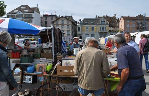 Besucher des Rorschacher Flohmarkts am vergangenen Samstag (Bilder: Ramona Riedener)