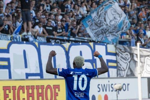 Der Luzerner Blessing Eleke jubelt vor den Luzerner Fans. (Bild: Keystone/Urs Flüeler)