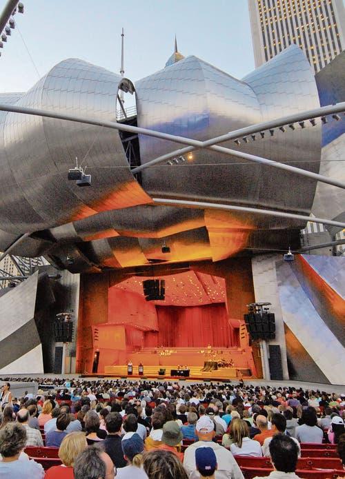 Im Jay Pritzker Pavilion finden regelmässig Konzerte und Filmvorstellungen statt. (Bild: Choose Chicago)