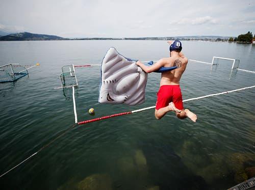 Zuger Schwimmfest 2018 im Zugersee bei der Rössliwiese. Wasserballturnier mit den Spassmannschaften Scampis und Here for Beer. (Bild: Stefan Kaiser (Zug, 11. August 2018))