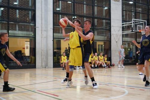 Vito mit einem Korbleger gegen Fabian im Basketballcamp in Tenero. (Bild: Luka Stojic)