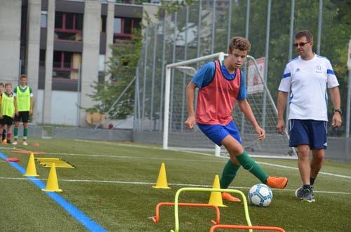 Technisch gekonnt geht's durch den Parcours im Fussball-Juniorenlager des SC Reiden/SC Zofingen in Sarnen. (Bild: Stephan Weber)