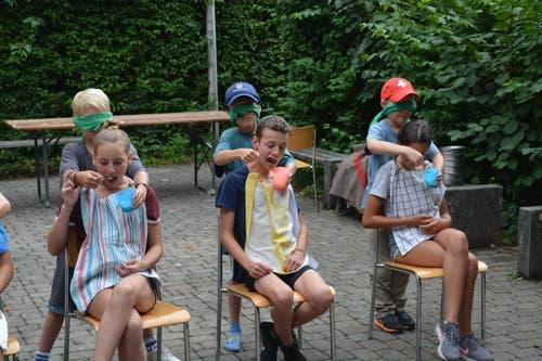 Die Pro-Natura-Jugendgruppe Luzern bei der «Fütterung» in Greifensee. (Bild: Basil Blum)