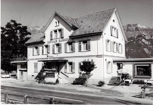 Das Gasthaus Bahnhof um 1965, ganz links ist die Brückenwaage sichtbar.