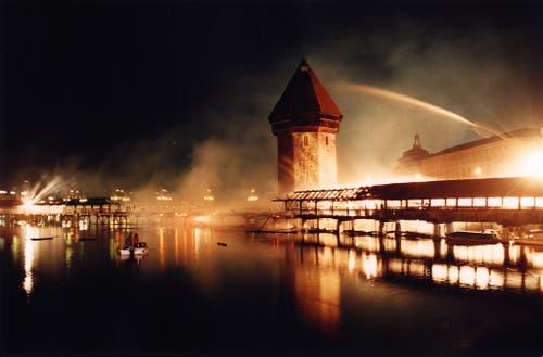 Die Löscharbeiten an der lichterloh brennenden Kapellbrücke gestalteten sich überaus schwierig. (Archivbild: Keystone/Ruth Tischler)