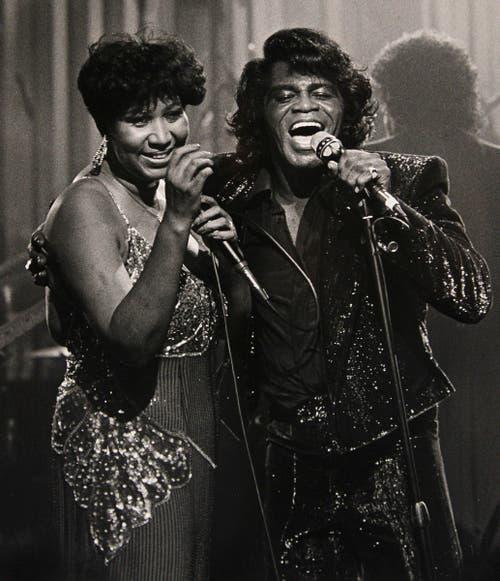 Ein Bild aus dem Jahr 1987. Aretha Franklin und James Brown treten in einem Nachtclub in Detroit auf. (Bild: Keystone)