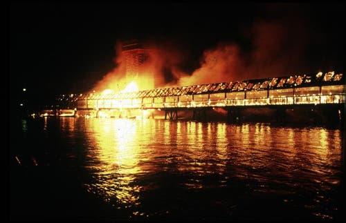Die Kapellbrücke brannte lichterloh. (Archivbild: Nique Nager/LNN)