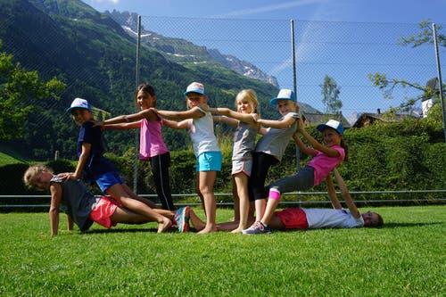 Die Kinder des TV Wolhusen üben in Elm an ihren Hebefiguren. (Lagerbild: Mario Bucher, 8. Juli 2018)