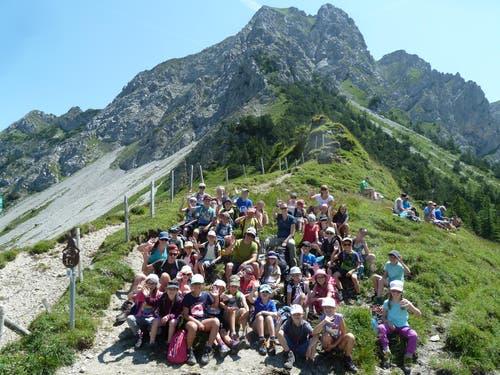 Schüler aus Giswil zwischen Alpoglerberg und Schafnase auf dem Weg zur Ribihütte. (Lagerbild, Mirjam von Rotz, Giswil, 8. Juli 2018)