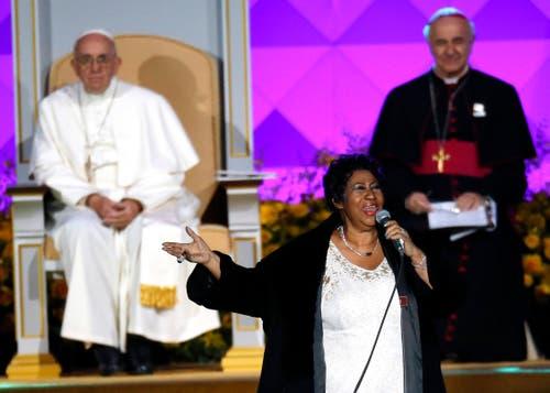 Aretha Franklin singt 2015 beim Besuch von Papst Franziskus in Philadelphia. (Bild: AP Photo/Matt Slocum, File)