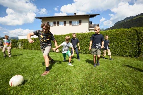 Leiter Munk beim Fussballspiel mit Pfadern. (Bild: Jakob Ineichen, 7. Juli 2018)