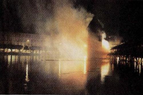 Der Brandherd befand sich im Bereich des Wasserturms, der zeitweise sehr gefährdet schien. (Archivbild: LNN)