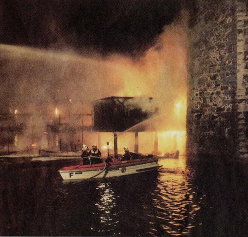 Wegen Hochwasser konnten die eigentlichen Löschboote nicht eingesetzt werden. (Archivbild: LNN)