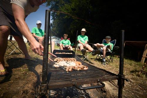 Die Jungwacht Sins im aargauischen Schmiedrued: Das Küchenteam bereitet das Mittagessen vor. (Bild: LZ-Fotograf Jakob Ineichen, 8. Juli 2018)