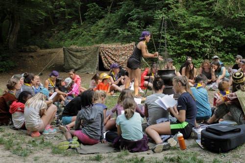 Die Jubla Hohenrain-Kleinwangen verkocht am Lagerfeuer selbstgesammelte Kräuter zu einer Suppe. Dazu wird auf der Burg Rotberg gemütlich gesungen. (Bild: Corina Rogger)