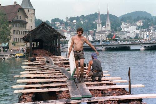 Arbeiter beim Wiederaufbau der Kapellbrücke. (Archivbild: Keystone/Str)