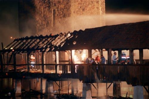 Feuerwehrleute und Brandexperten nach dem Brand der Kapellbrücke (Archivbild: Keystone/Str)
