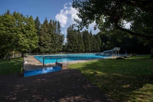 Das Waldschwimmbad Zimmeregg in Littau ist vor allem bei Familien und Kindern wegen der vielen Rutschbahnen beliebt. Hier das Nichtschwimmerbecken mit der Breitwellenrutschbahn. (Bild: Dominik Wunderli, 17. August 2018)