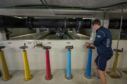 Insbesondere die technischen Anlagen sind veraltet. Die Filterbecken müssen noch manuell betrieben werden. Im Bild Bademeister Claudio Walker im Technikraum. (Bild: Dominik Wunderli, 17. August 2018)