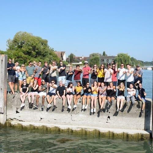 Das Leiterteam der Jubla Weggis gönnt sich eine Auszeit am Wasser.