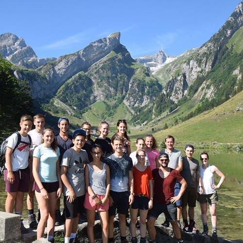 Die Ältesten der Jubla Weggis bei ihrer Wanderung auf der Meglisalp im Alpstein.